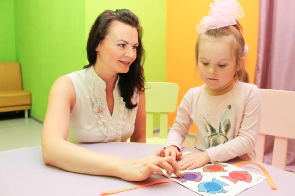 женщина с ребенком рисуют